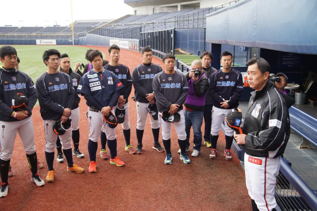 練習前に選手に気合いを入れる赤堀元之監督(右) 左隣が雨宮敬新主将
